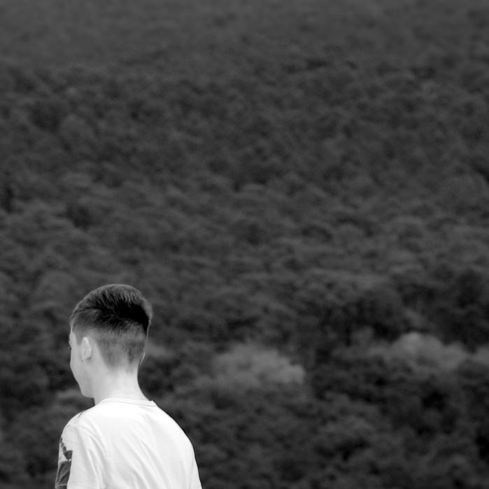 enfant face à la pinède-dune du Pyla