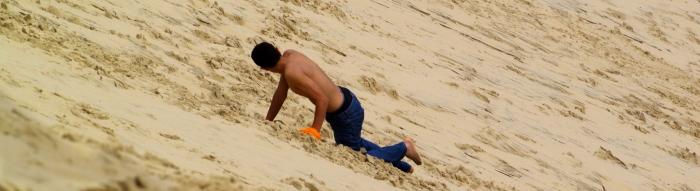 adolescent torse nu monte la dune du Pyla - copie